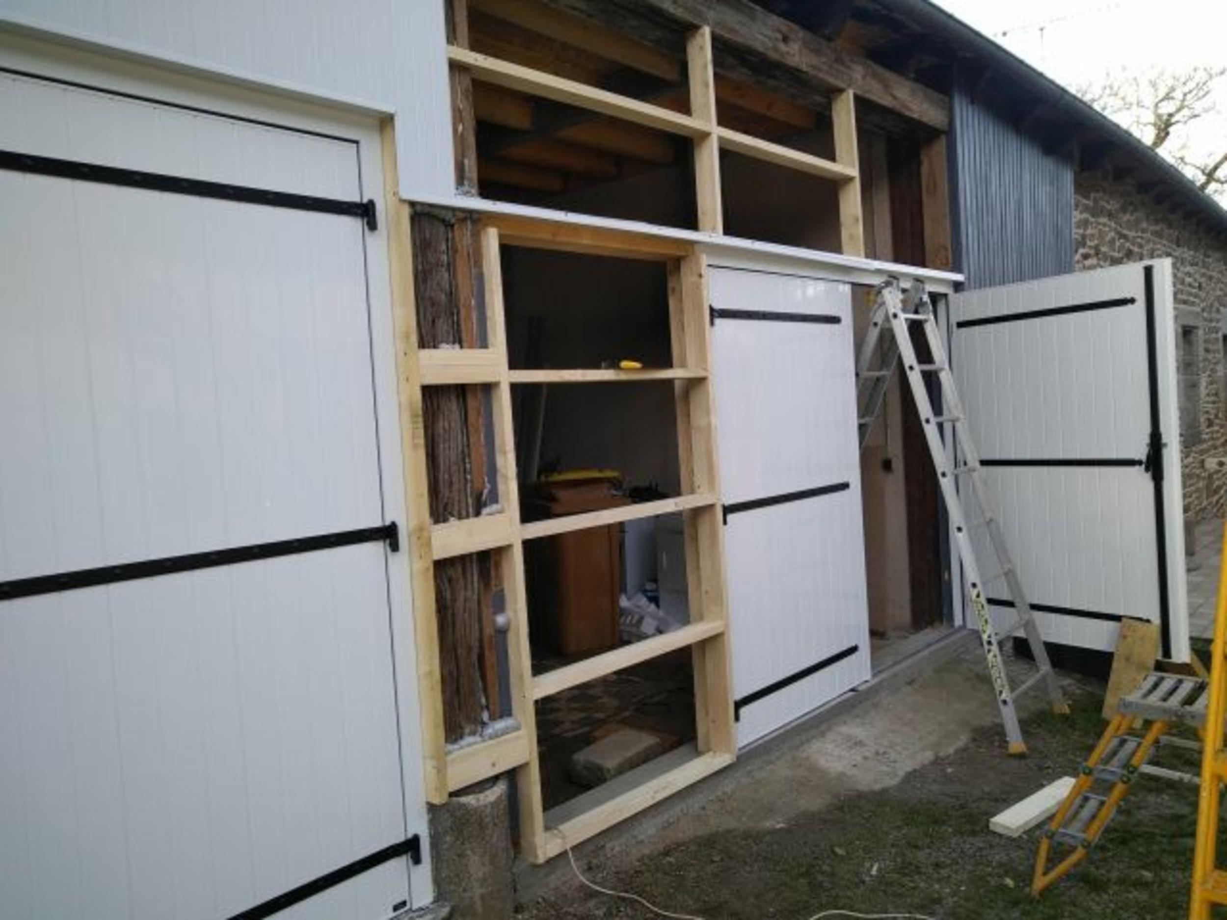 Portes de garage battantes PVC et bardage - St Brandan